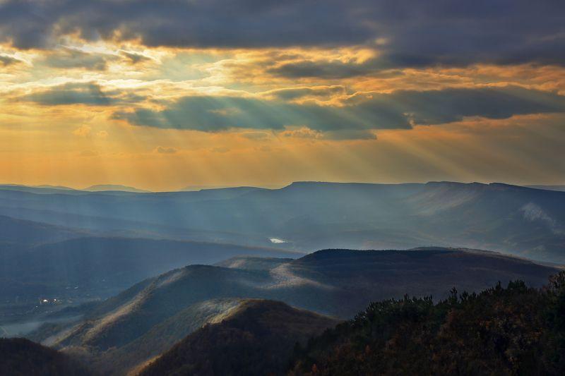 гроза,облака,тучи,лучи,солнце,природа,горы,дымка,холмы,деревья,крым,закат,россия,пейзаж,желтый,синий Грозовой закатphoto preview