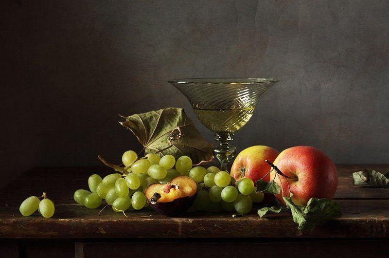 Виноград, яблоки и половинка сливыphoto preview