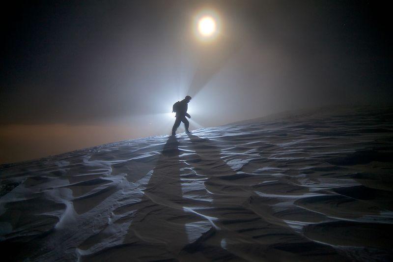 ночь, лунное гало, север, путник, снег, горы, наст, Одинокий путникphoto preview