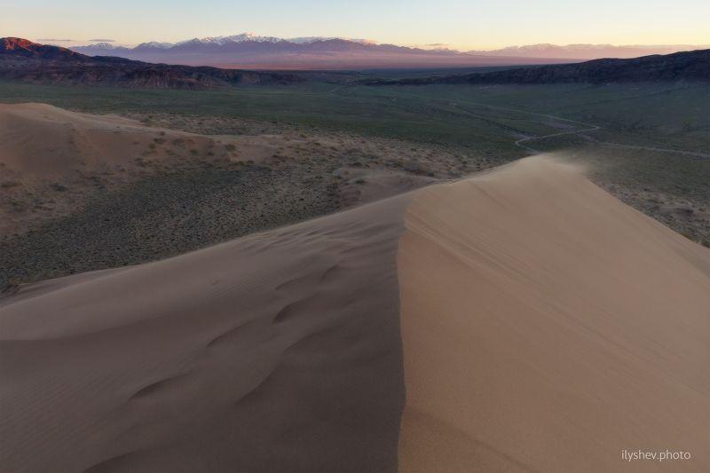 рассвет, поющий бархан, песок, национальный парк, казахстан, пейзаж, бархан, горы, долина Поющий Барханphoto preview