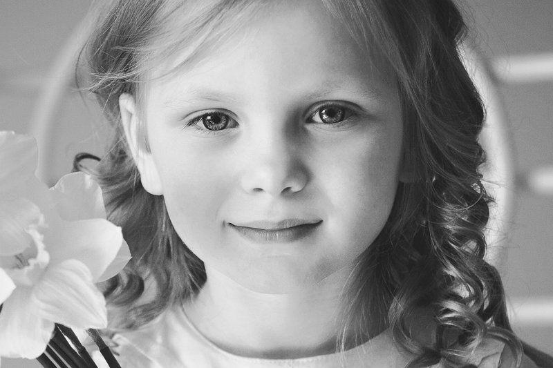 девочка, портрет, фото, фотография, цветы, арт, свет, чб, bnw, portrait, photo, photography, light, girl, eyes, lips,art Девочка-цветокphoto preview