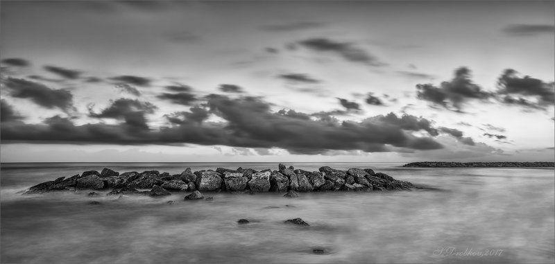 рассвет, море, небо, облака, камни, ч/б В дрёмеphoto preview