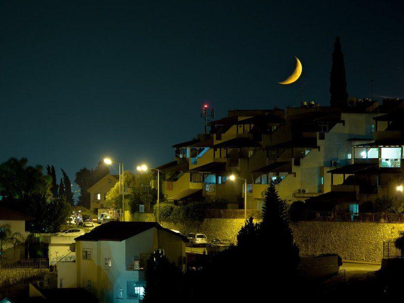 луна, месяц, город, назарет, ночь, улица, фонарь, аптека, Луна на крышеphoto preview