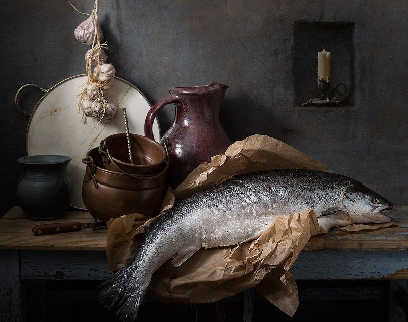 лосось, рыба, котелок, кувшин, подсвечник, чеснок Натюрморт с большой рыбойphoto preview
