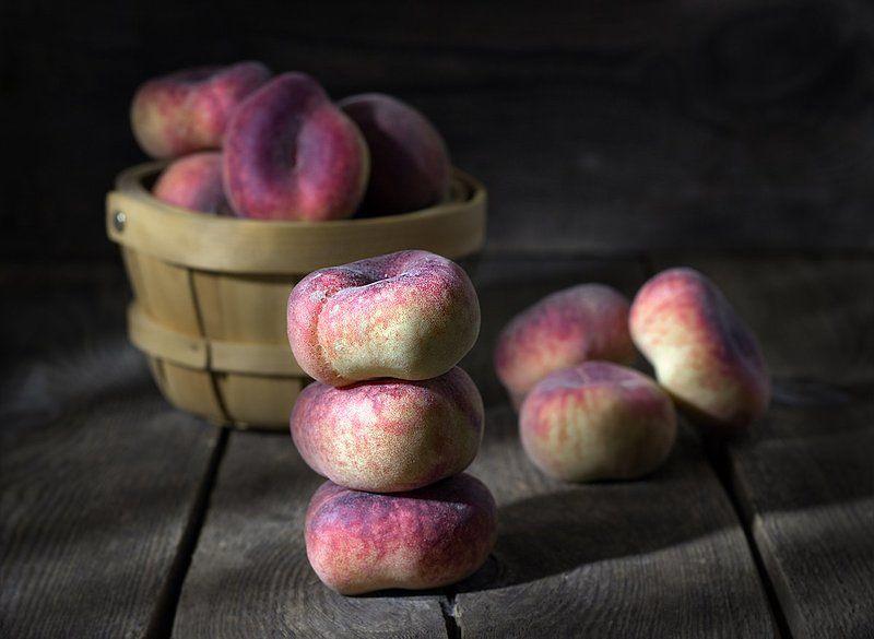 персики, фрукты, еда, натюрморт с персиками, натюрморт, натюрморт с фруктами, корзинка, деревянный стол, деревянный фон, Ароматные персики.photo preview