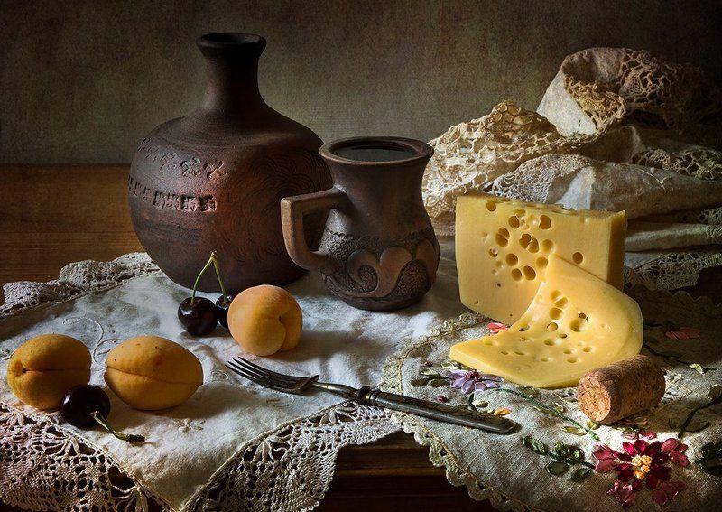 Винно-питейная зарисовка с сыром и абрикосами.photo preview