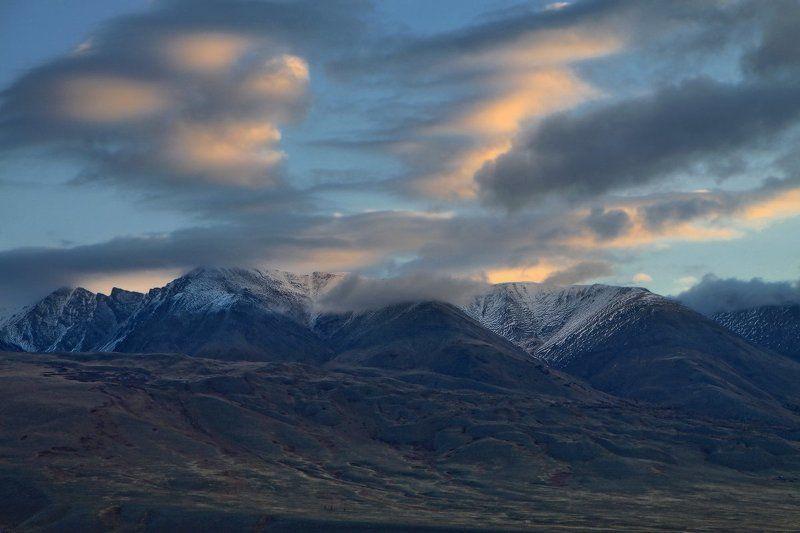 Целуют небо гор вершиныphoto preview