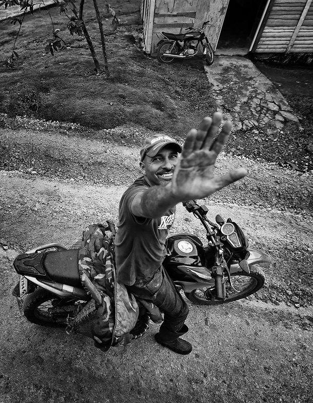 мотоцикл, мужик, работяга, дорога, дом, вход, приветствие, ладонь, рука, ракурс, улица, доминиканская республика Hello friends!photo preview