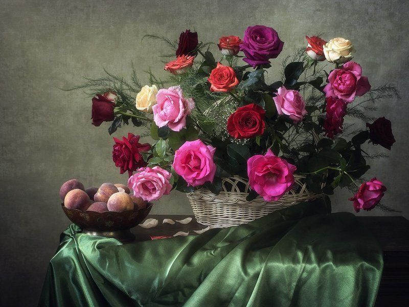 натюрморт, лето, цветение, садовые розы, разноцветные, букет, персики, ваза, корзина Яркая палитра садовых розphoto preview