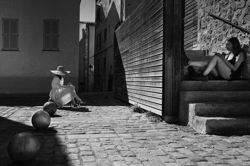 противоположности, тень, девушки, шляпа, мобильник, связь, параллельные, лестница, шар, брусчатка, старый город, франция Селена и Лилитphoto preview