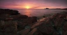Встречая восход на скалистом берегу