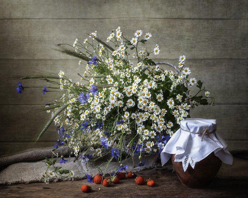 натюрморт, лето, полевые цветы, крынка молока, клубника Деревенское летоphoto preview