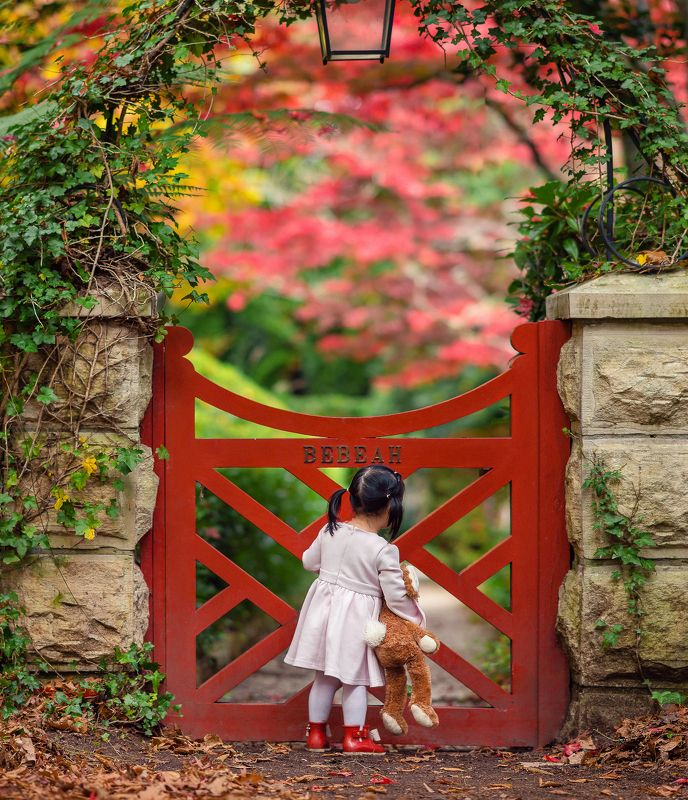 kidsfoto, girl, childhood, red, leaf, autumn, fall, gate, colour, natural light the little red gatephoto preview