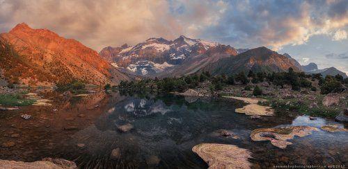 Таджикистан. Фанские горы. Вечер На Куликалонских озерах. (Ослик на выпасе). Высота 2800 м.