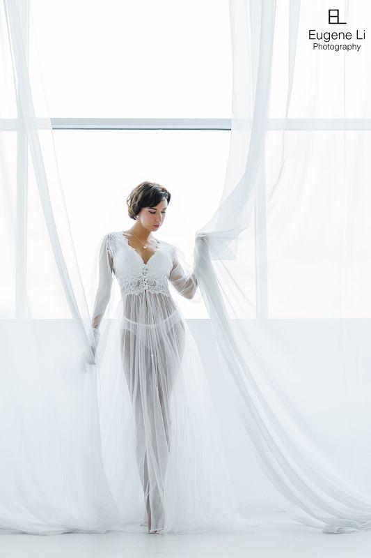 девушка, окно, пеньюар Юлияphoto preview