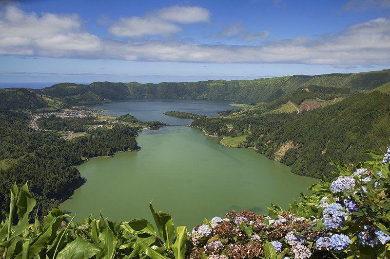 азорские острова, Двойные озера кратера Сите Сидадеш, зеленое и голубоеphoto preview