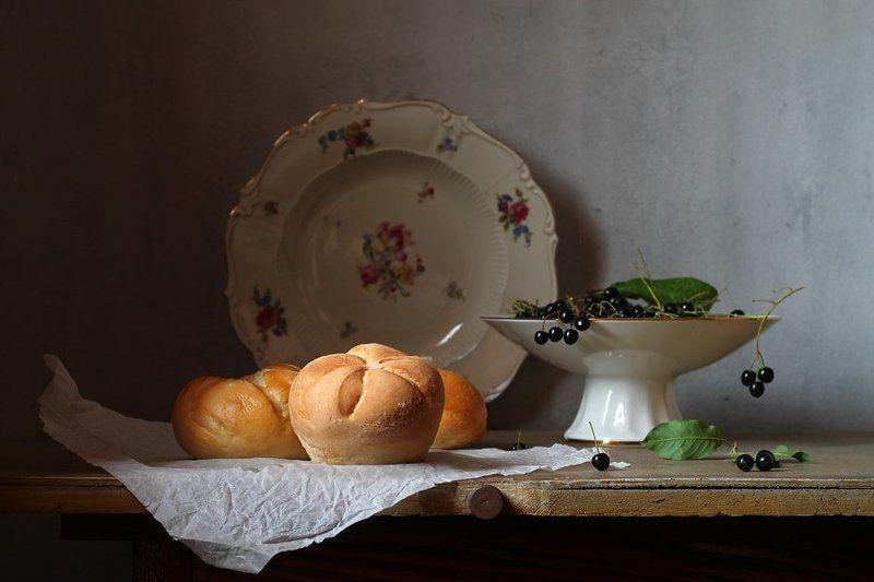 натюрморт, булочки, кайзерки, черемуха, груша, цветы, клевер, ромашки, тарелка С булочкамиphoto preview