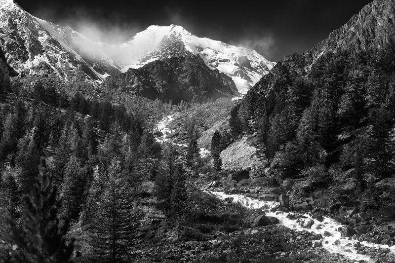 пейзаж, природа, путешествие, горы, скалы, вершина, снег, высокий, большой, красивая, река, бурная, поток, чб, чернобелая, алтай, сибирь Актруphoto preview