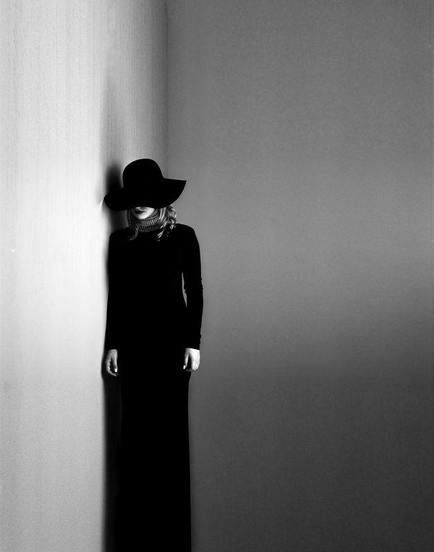 Black dress, white soulphoto preview