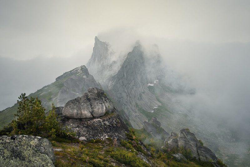 природа, пейзаж, красивая, большой, высокий, горы, скалы, вершина, пик, камни, туман, облака, густой, ергаки, саяны, красноярский край, путешествие, туризм, поход Про скалы и туманphoto preview