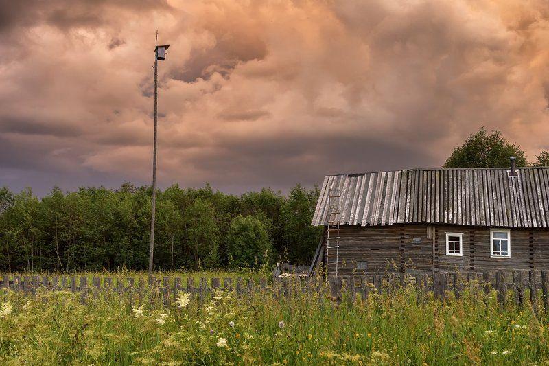 июль деревня дом скворечник небо облака грозовые За полчаса до грозыphoto preview