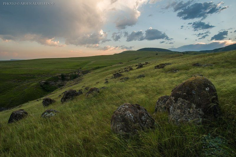 горы, предгорья, хребет, вершины, пики, восход, солнечный свет, скалы, холмы, долина, облака, путешествия, туризм, карачаево-черкесия, кабардино-балкария, северный кавказз , закат, свет, лучи ПЕЙЗАЖ С КАМНЯМИphoto preview