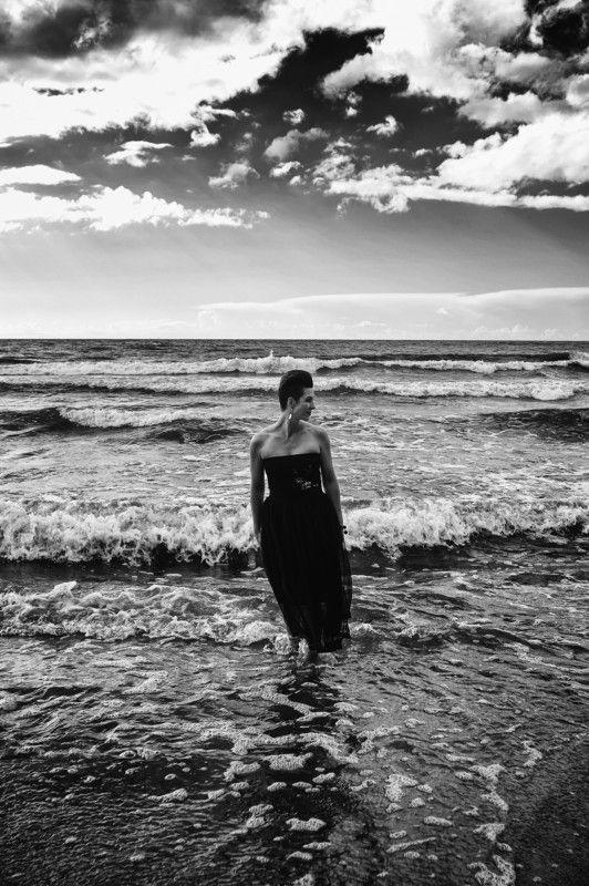 женщина портрет море латвия волны небо тучи облака ...photo preview