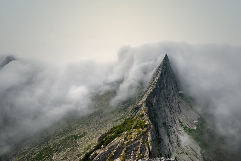 природа, пейзаж, красивая, большой, высокий, горы, скалы, вершина, пик, камни, туман, облака, густой, ергаки, саяны, красноярский край, путешествие, туризм, поход Скальные ножиphoto preview