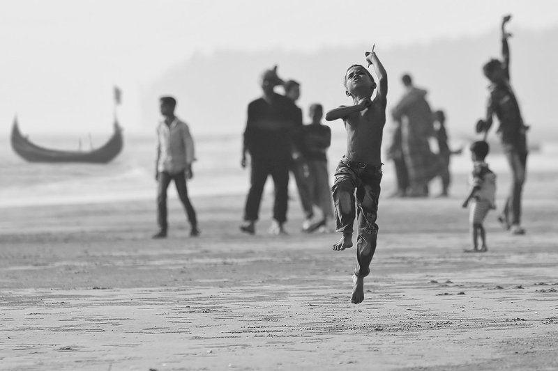 мальчик, пацан, бангладеш, полёт, прыжок, бенгальский залив, лодка, песок, люди Желание летатьphoto preview