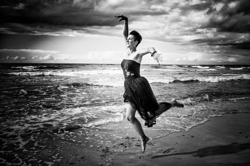 женщина танец море волны латвия песок тучи облака ...photo preview