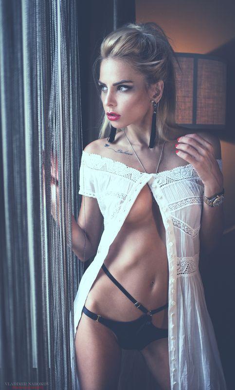 модель фотограф окно портрет торшер белье  взгляд в окно photo preview