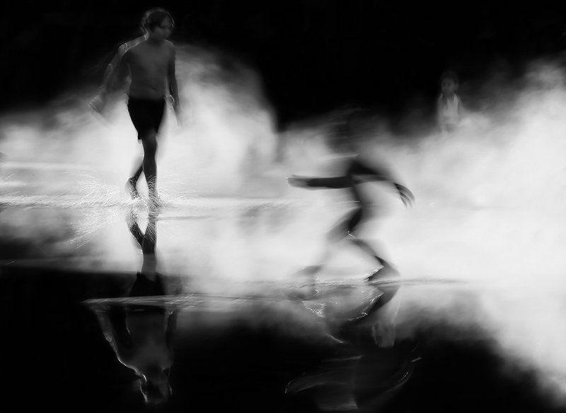 длинная выдержка, движение, смаз, пар, туман, дети, силуэт Танцы на водеphoto preview
