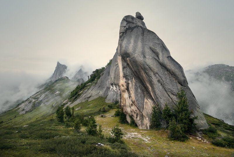 природа, пейзаж, красивая, большой, высокий, горы, скалы, вершина, пик, камни, туман, облака, густой, ергаки, саяны, красноярский край, путешествие, туризм, поход Чертов палецphoto preview