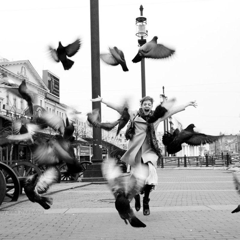 голуби, бег, площадь, питер, город, радость, свобода бегущая с голубямиphoto preview