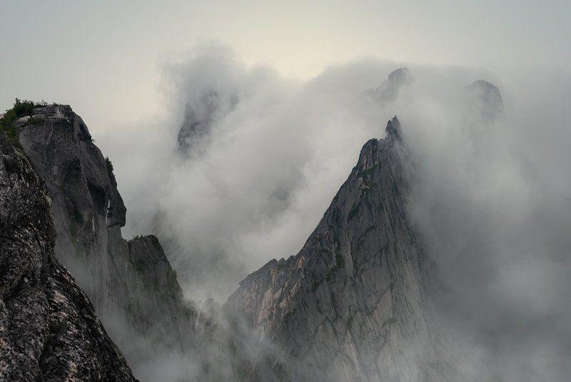 природа, пейзаж, красивая, большой, высокий, горы, скалы, вершина, пик, камни, туман, облака, густой, ергаки, саяны, красноярский край, путешествие, туризм, поход Про туман и скалыphoto preview