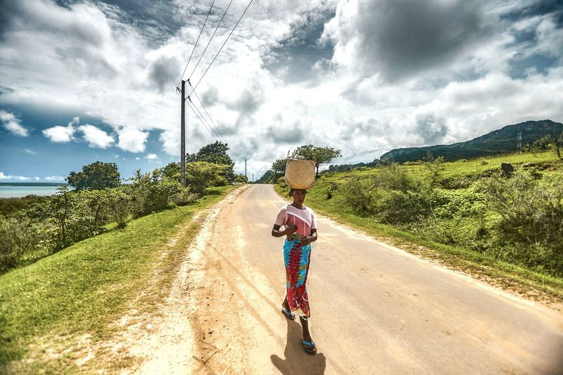 На дороге. Малагасийка.  Остров Нуси-Бе. Мадагаскарphoto preview