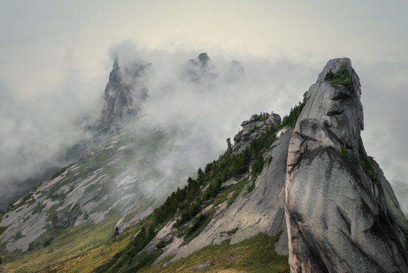 природа, пейзаж, красивая, большой, высокий, горы, скалы, вершина, пик, камни, туман, облака, густой, ергаки, саяны, красноярский край, путешествие, туризм, поход Скальная коронаphoto preview