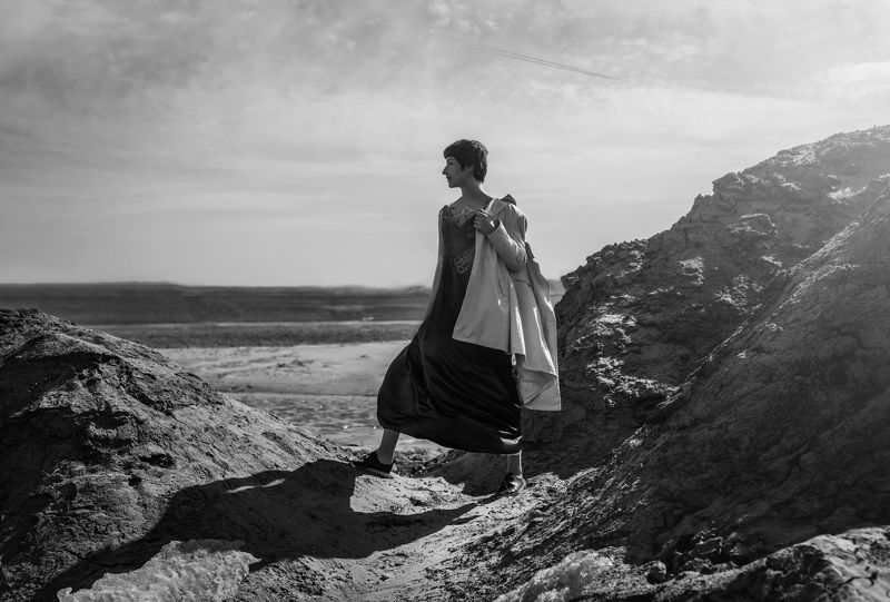 девушка,пейзаж,черно-белое фото ***photo preview
