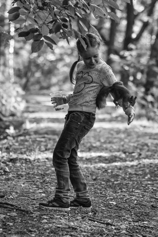 Девочка и белкаphoto preview