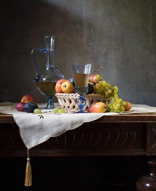 натюрморт, карафа, графин, фрукты, виноград, сливы, персики Сентябрьские зарисовки с карафой и фруктамиphoto preview