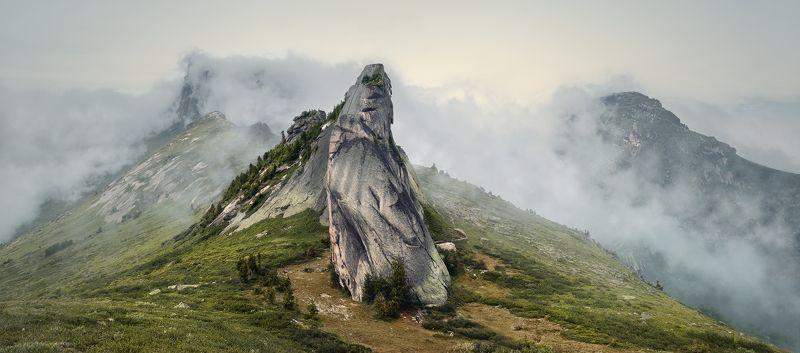 природа, пейзаж, красивая, большой, высокий, горы, скалы, вершина, пик, камни, туман, облака, густой, ергаки, саяны, красноярский край, путешествие, туризм, поход Массив пика Звездныйphoto preview