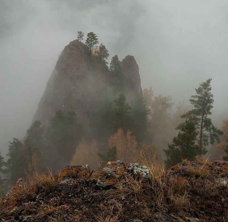 скальный массив иглы. торгашинский хребет. Таежный туман.photo preview