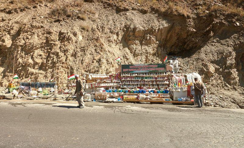 Заоблачный супермаркет! На высоте около 3000 метров, продаётся  все что, произрастает и производится  в этих горах, целебные травы, горный мед  вкуснейшая курага которая сушиться под лунным светом, курут…. Перевал Шахристан. Таджикистанphoto preview