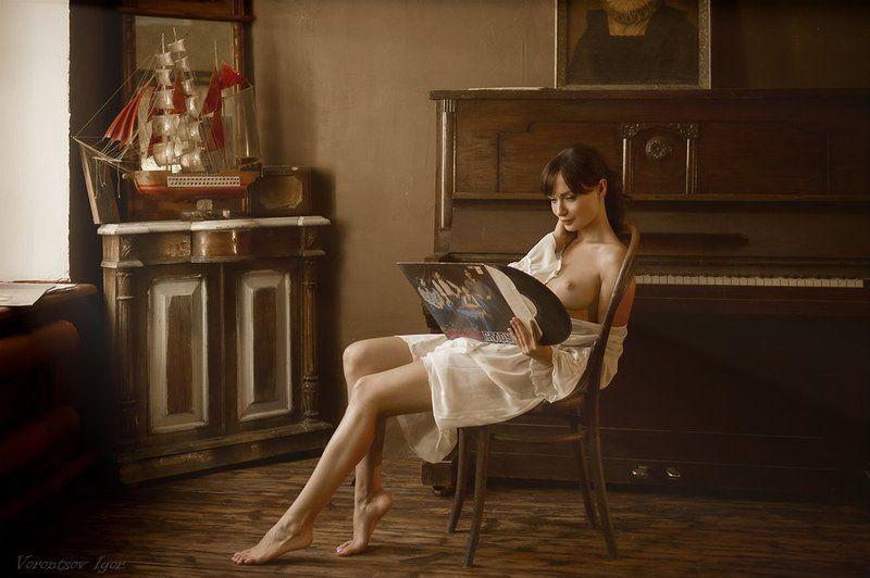 ню, девушка, грудь, обнажённая, пианино, пластинки Учительница музыки.photo preview