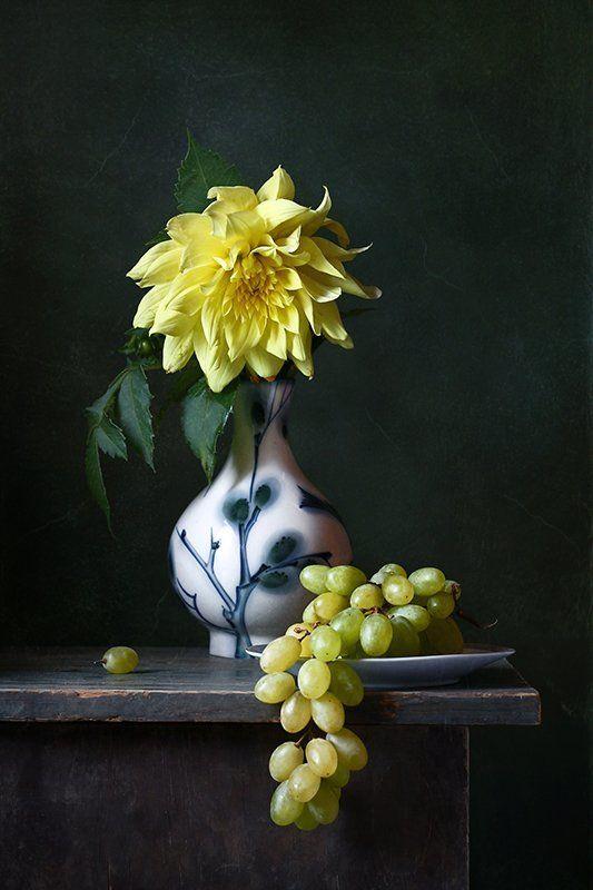 натюрморт, цветы, георгин, желтый, виноград Про желтый георгинphoto preview