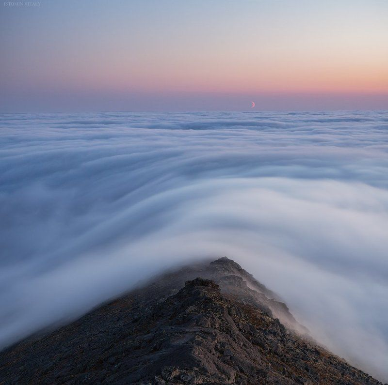 пейзаж,туман,небо,облака,месяц,луна,россия,хибины,закат,панорама,горы,кольский,север Айкуайвенчорр на закатеphoto preview