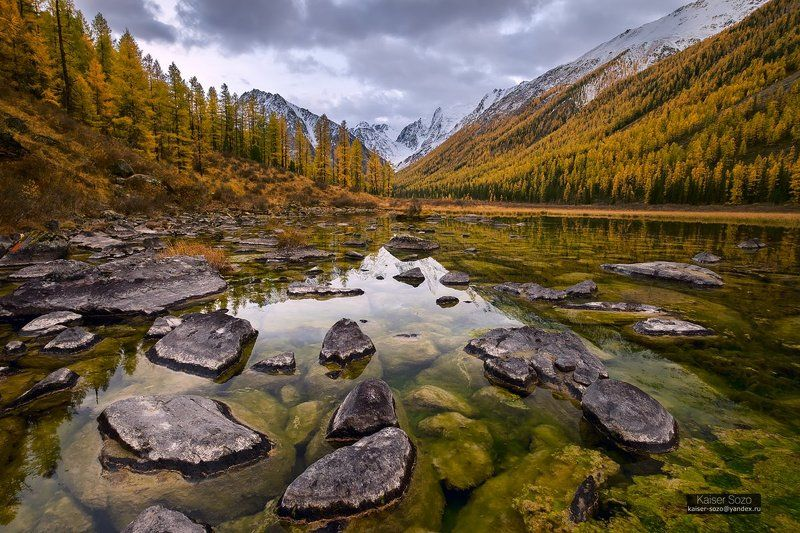 алтай, шавла, северочуйский хребет, горы, озеро, камни, лиственницы Мелкое болото на реке Шавлаphoto preview