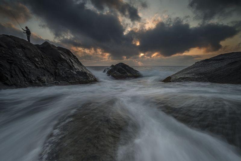 рыбак, утро,Черное море, тучи,скалы, вода, Рыбачее утро.photo preview
