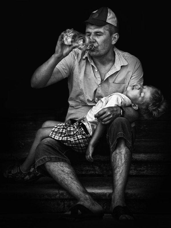 вода, бутылка, ступени, жажда, питьё, ребёнок, жара, лето, туристы, отец, мальчик, бессилие Жаждаphoto preview