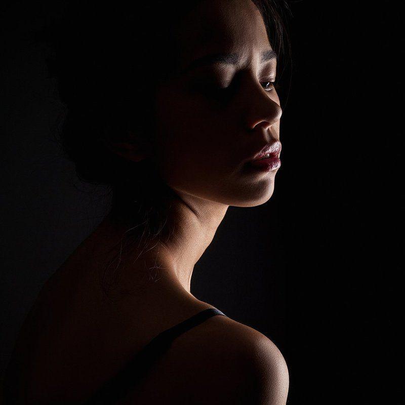 Портрет девушки на чёрном фонеphoto preview